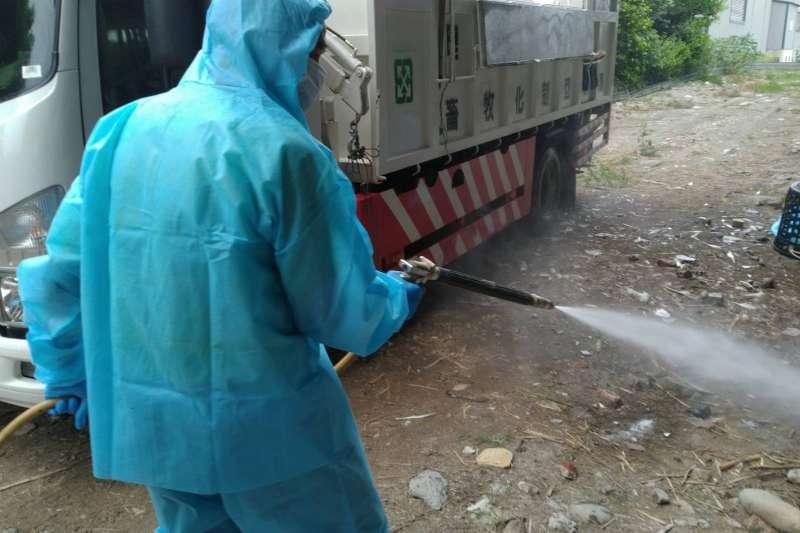 彰化縣芳苑一家養鵝場確診出現感染H5N5亞型高病原性禽流感病毒,防疫人員於30日完成全場撲殺清場及消毒工作,計撲殺2,070隻肉鵝。(圖/彰化縣政府提供)