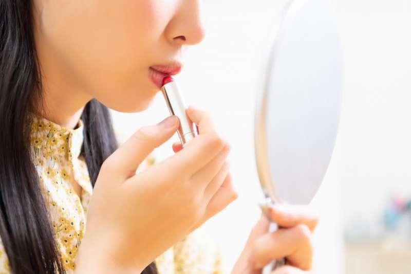 我們到美妝店試用的口紅、眼影、睫毛膏,上面其實布滿了肉眼看不見的可怕細菌。(圖/取自photoAC)