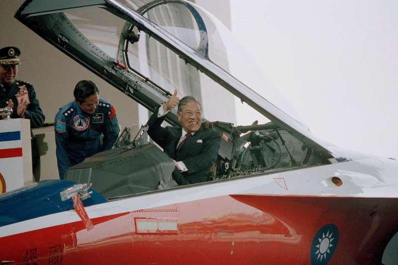 1988年台中,時任台灣總統李登輝坐在台灣製造的噴氣式戰鬥機上。(AP)