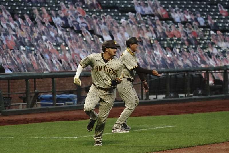 2020年7月18日,美國職棒大聯盟(MLB)聖地牙哥教士隊比賽,座位上擺滿「紙片人」。(AP)