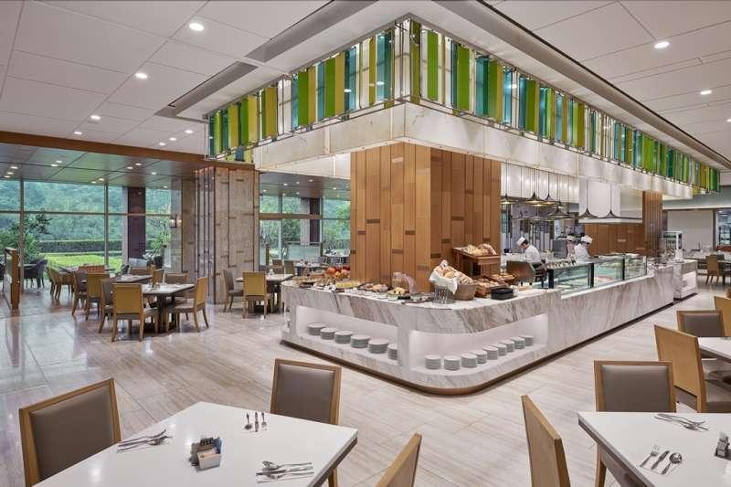 台北六福萬怡酒店館內的敘日全日餐廳、大廳酒吧預計於8月8日及9日推出父親節優惠。(圖/六福旅遊集團提供)