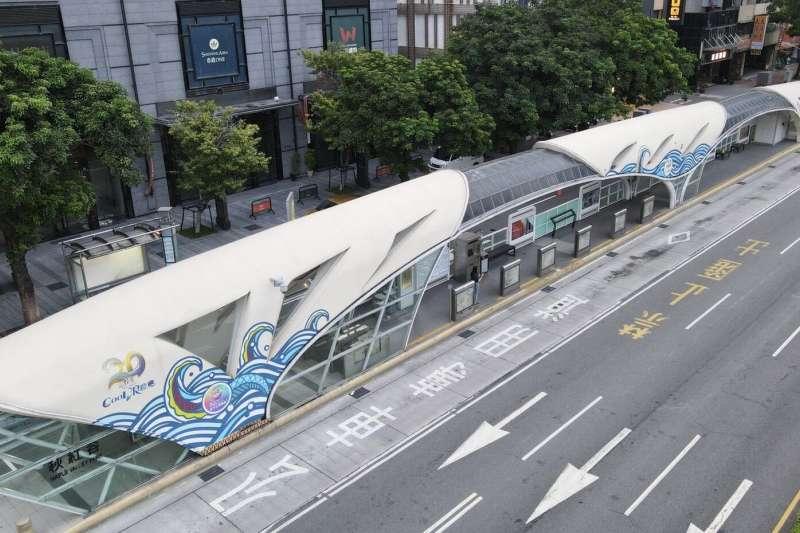 台中購物節提升消費力,業者贊助廣告,其中在秋紅谷公車站以『馬拉灣水樂園』為主設計,並由麗寶樂園規劃。(圖/台中市政府提供)