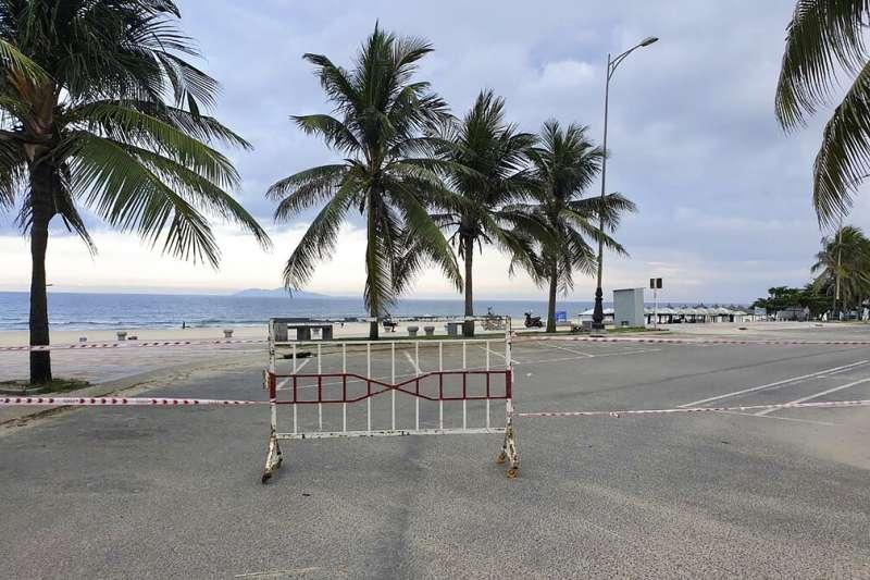 越南中部旅遊勝地峴港封鎖海灘,防範新冠肺炎。(AP)