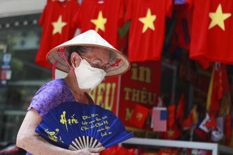 越南新一波新冠肺炎疫情爆發,民眾戴回口罩。(AP)