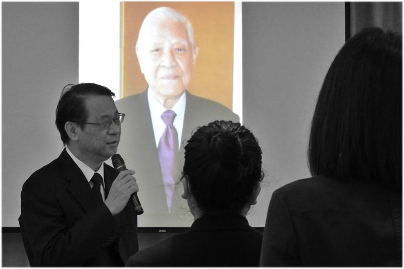 前總統李登輝7月30日晚間辭世,日本台灣交流協會全體職員在日本駐台代表泉裕泰率領下舉行共同默禱儀式。(取自日本台灣交流協會臉書)