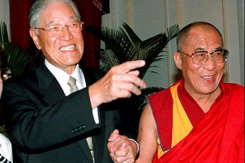 前總統李登輝(左起)追思告別禮拜19日舉行,西藏精神領袖達賴喇嘛透過影片致敬。圖為李登輝與達賴喇嘛1997年在台北相見歡。(資料照,美聯社)