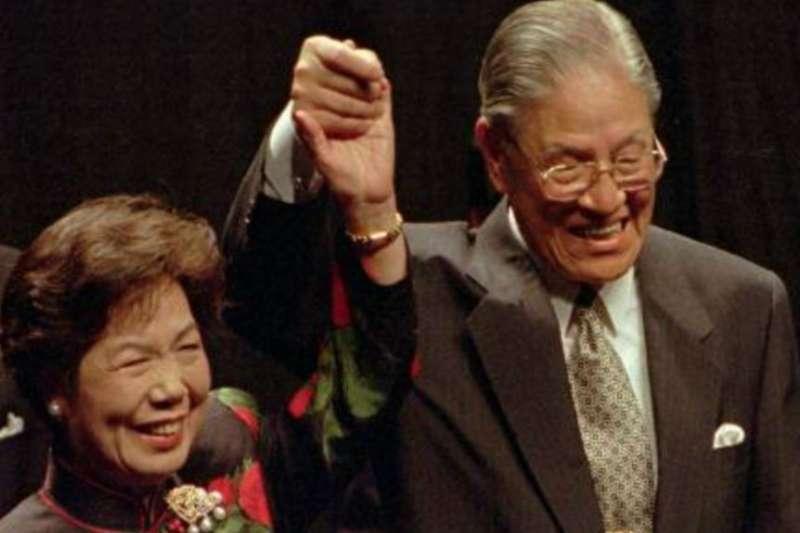 1995年6月9日台灣總統李登輝和他的妻子在康乃爾大學發表歐林演講後回應掌聲。(美國之音)