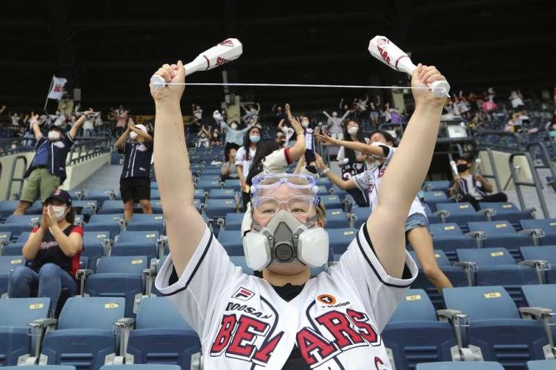 南韓職棒7月26日開放部分球迷入場。(AP)