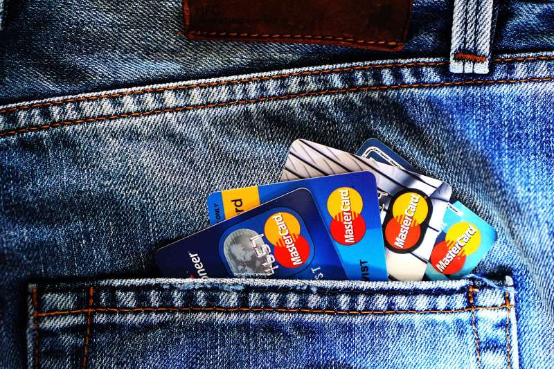 多數人辦信用卡時,常常只會比較現金回饋比例,但聰明人或熱愛旅遊者更常刷哩程信用卡,因為只要善加利用,甚至可以獲得比一般現金回饋信用卡還划算的效益!(圖/pixabay)
