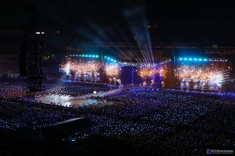 南韓偶像團體防彈少年團(BTS)演唱會畫面。(取自bangtan.officia臉書)