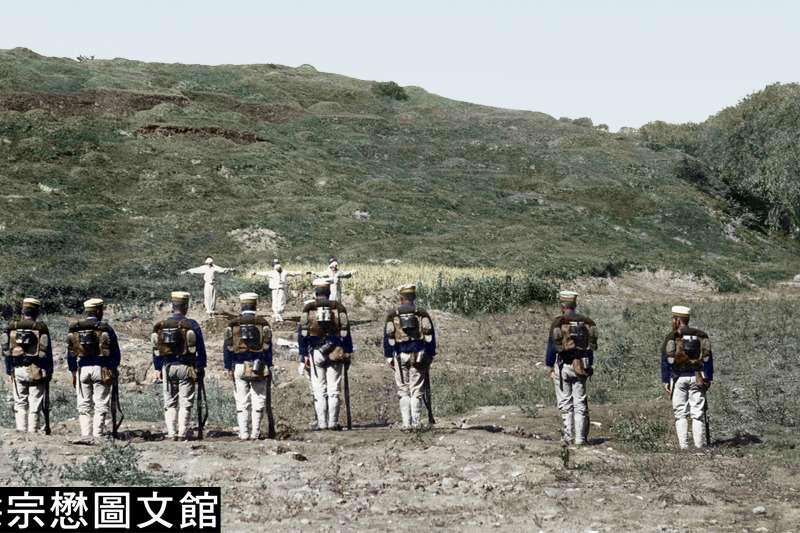1905年,日軍對抗日的朝鮮志士進行處決,身穿白衣的朝鮮志士被蒙上雙眼,這是日軍在朝鮮犯下暴行的第一幕。(圖/徐宗懋圖文館)
