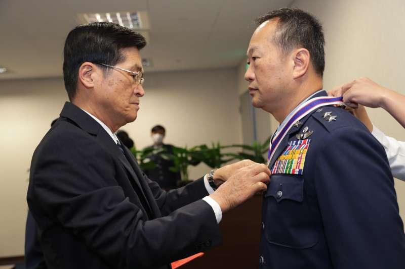 20200801-空軍司令部政戰主任王純雄中將(右)日前屆齡退伍。(取自軍聞社)