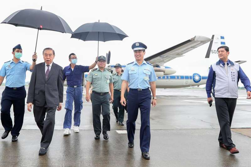 國軍高層人士異動,空軍官校校長楊靜瑟少將(右二)升任國防部情報參謀次長。(取自青年日報)