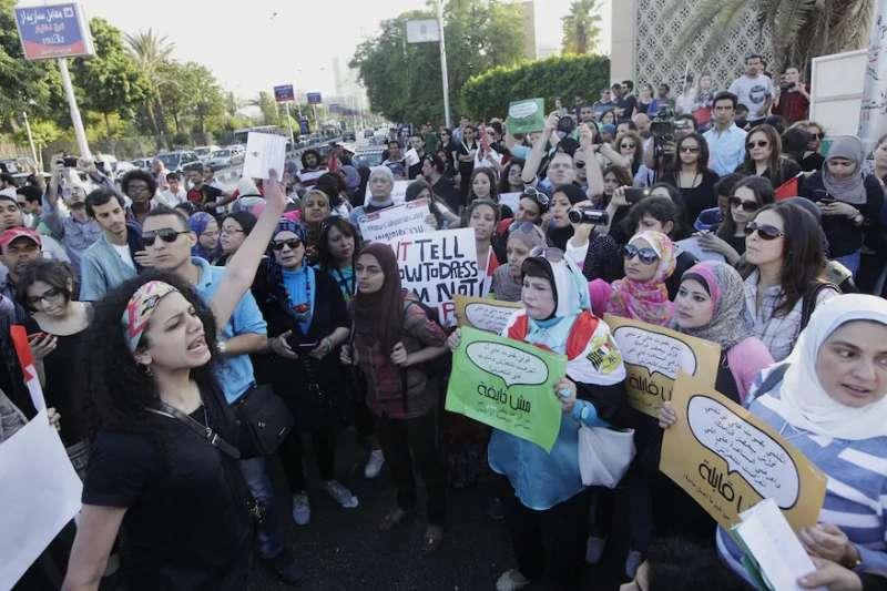 2014年,埃及開羅,一群婦女走上街頭抗議性騷擾文化(美聯社)