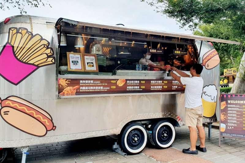 六福村於2020年全新打造美式快餐車,供應消暑生啤酒、無酒精的奶油啤酒,搭配肉醬起司熱狗堡或薯條,讓遊客享受新穎美食體驗。(圖/六福村提供)