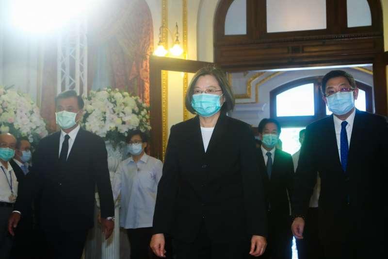總統蔡英文(中)1日上午赴台北賓館,弔唁前總統李登輝,總統府秘書長蘇嘉全(左)一同前往。(中央社提供)