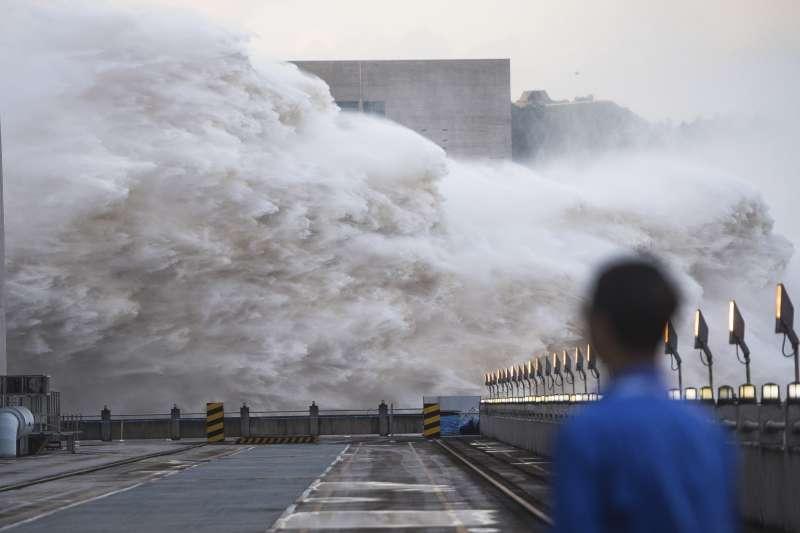 2020年7月,中國三峽大壩洩洪。(AP)