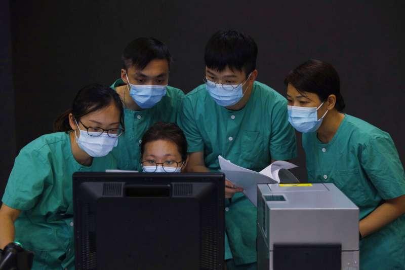 香港新冠肺炎疫情嚴峻,在北京當局協助下,香港亞洲博覽館改建成港版「方艙醫院」,自8月1日開始啟用。(AP)