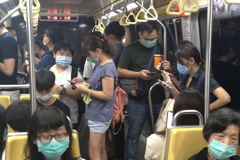 出入公共場所、大眾運輸、醫療院所等均須戴口罩並落實實名制。(AP)