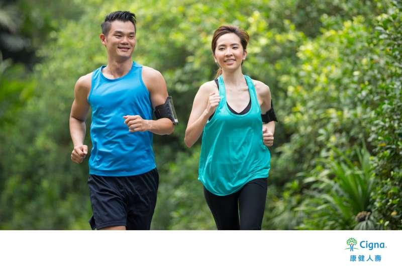 透過外溢保單的設計,康健人壽鼓勵保戶以持續運動、落實健康飲食等來維持健康的體魄,降低疾病發生率。(圖/康健人壽提供)