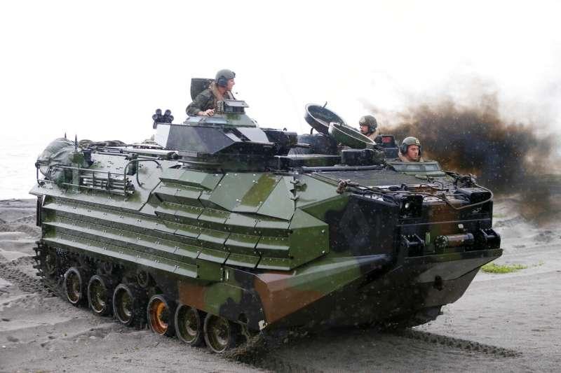 美菲聯合軍演中的美軍兩棲突擊載具(AAV)。7月30日在加州海岸演習意外沉沒的AAV,正是同款車輛。(美聯社)
