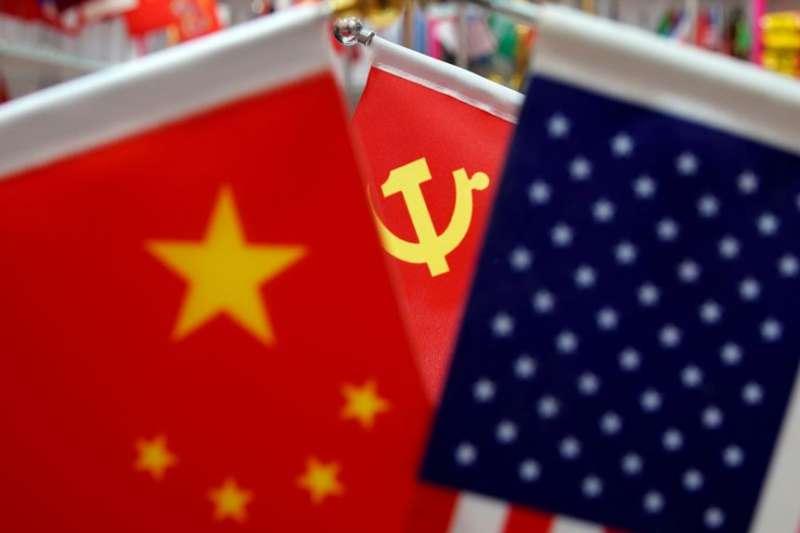浙江省一個商場裡展示的美國國旗,中國國旗和中共黨旗。(美國之音)