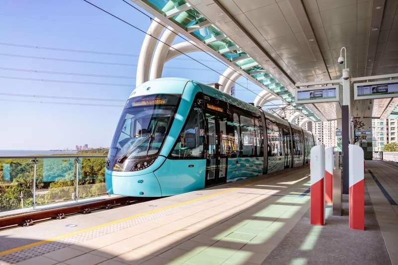 新北市長侯友宜4日宣布,淡海輕軌第1期藍海線將於15日正式通車。(資料照,新北市觀光旅遊網提供)