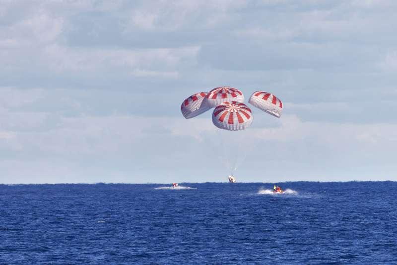 天龍乘員號載著貝恩肯與赫利2日下午順利降落在美國佛羅里達州附近的墨西哥灣(美聯社)