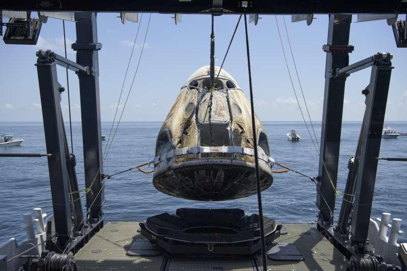 天龍乘員號載著貝恩肯與赫利2日下午順利降落在佛羅里達州附近的墨西哥灣(美聯社)