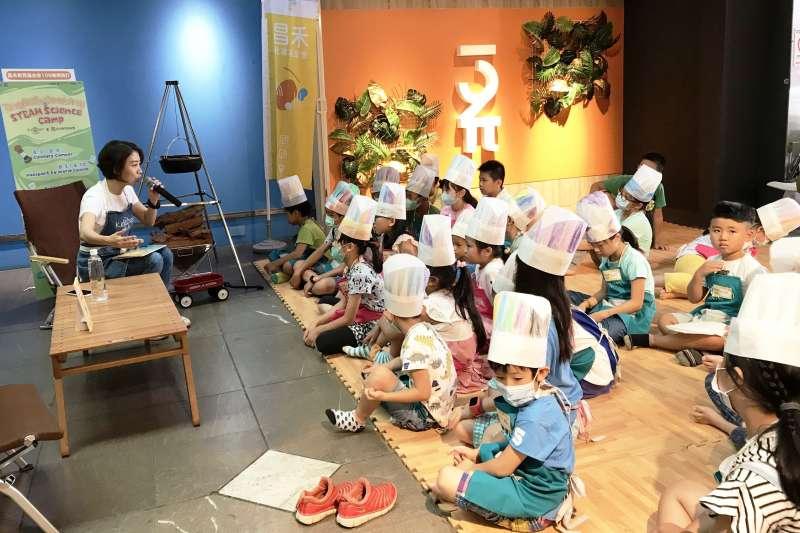 昌禾基金會執行長李妍慧(左)全程用英語為小朋友講繪本故事。(圖/昌禾教育基金會提供)