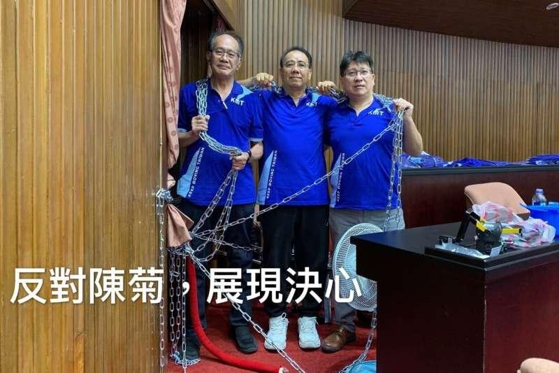 國民黨立委陳超明(左)、廖國棟(中)及林思銘(右)日前抗議監院人事案時,將綁門的鐵鍊掛在身上表達決心,被網友稱為「鐵鍊三兄弟」。(資料照,取自陳超明臉書)
