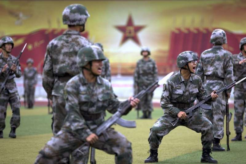2014年7月22日在北京郊外的裝甲兵工程學院學者在當地及外國媒體面前操練和表演。(美國之音)