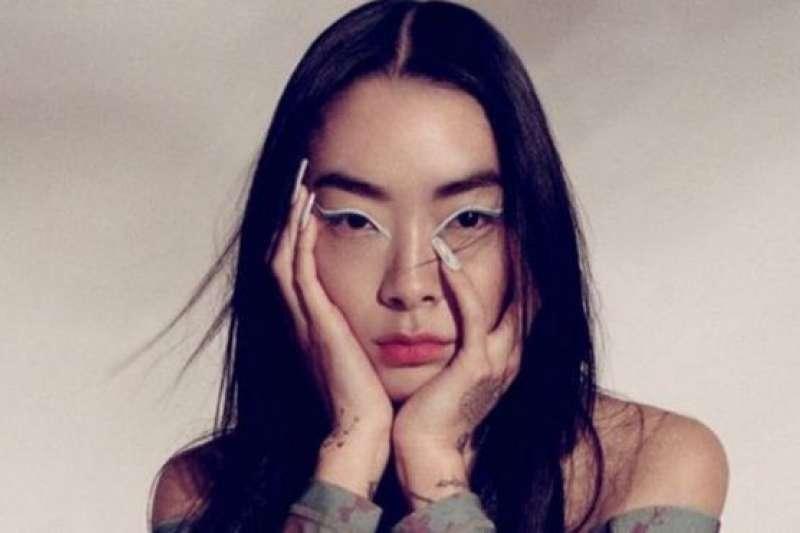 日本出生英國長大的歌手澤山璃奈(Rina Sawayama)。(BBC News中文)