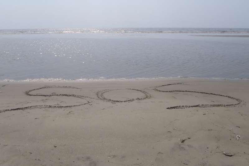 太平洋群島密克羅尼西亞發生失蹤事件,三位落難者在海灘上畫出SOS求救字樣而得救。(Dimitris Siskopoulos@flickr)