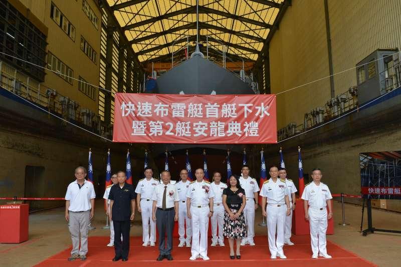 海軍首艘快速布雷艇今下水典禮,海軍司令劉志斌親臨主持典禮,首批建造的4艘,預計明年就能大功告成。(海軍司令部提供)