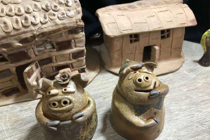由星兒親手捏出的「三隻小豬」故事中小屋及小豬兄弟(圖/新北市文化局)