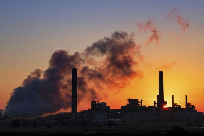 新冠肺炎疫情使能源市場面臨嚴峻考驗,其中煤炭產業受創最重。(美聯社)