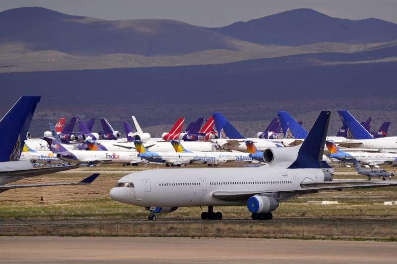 疫情期間航班減少,航空旅遊業受到衝擊。(美聯社)