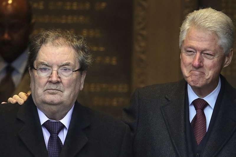 北愛爾蘭《受難日協議》幕後功臣休姆(左)與美國前總統柯林頓(AP)