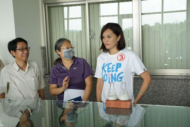 國民黨高雄市長候選人李眉蓁今參觀自來水廠,並盼成立「喝好水專家小組」。(圖/李眉蓁競選總部提供)