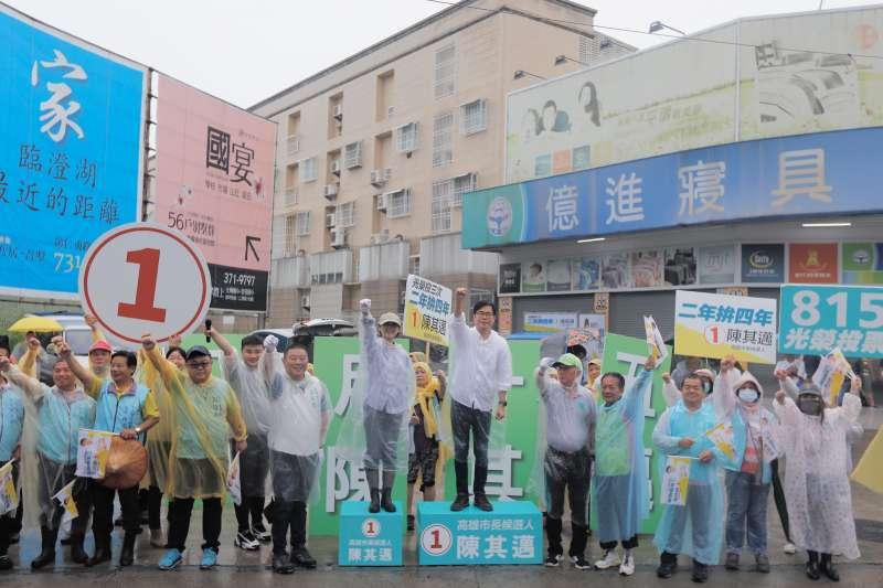 民進黨高雄市長候選人陳其邁,今日清晨已展開拜票行程。(圖/陳其邁競選總部提供)