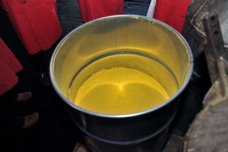 粉末狀的「黃餅」是濃縮鈾提煉過程的重要中間產品。沙烏地阿拉伯據信已與中國合作興建黃餅生產設施。(IAEA Imagebank@flickr)