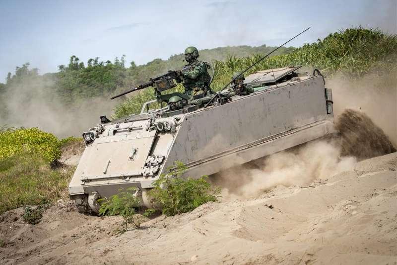 20200805-國軍地面部隊的主戰裝備以綠色系迷彩為主,不過去年和今年的漢光演習,軍方想定更趨務實,許多在灘岸執行反登陸作戰的戰甲車輛就以現地的泥土、泥沙直接塗抹,形成操演限定的沙色迷彩。圖為第二作戰區的M113裝甲車。(取自青年日報)