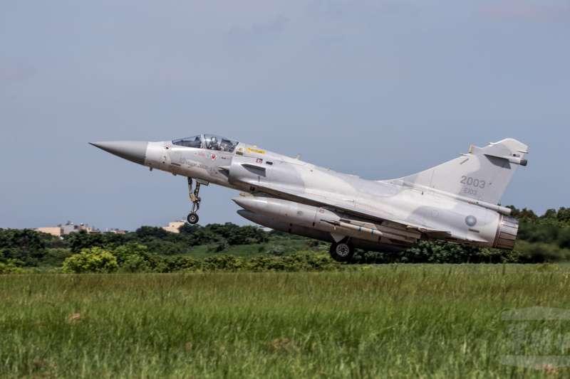 20200805-今年漢光演習期間,「戰力保存」階段實施「戰備轉場」的空軍幻象2000戰機。(取自軍聞社)