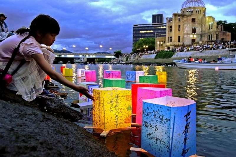 2019年,在廣島原爆遺跡旁邊的元安川,人們為原爆週年紀念日點起了燈籠。(圖/Getty images)