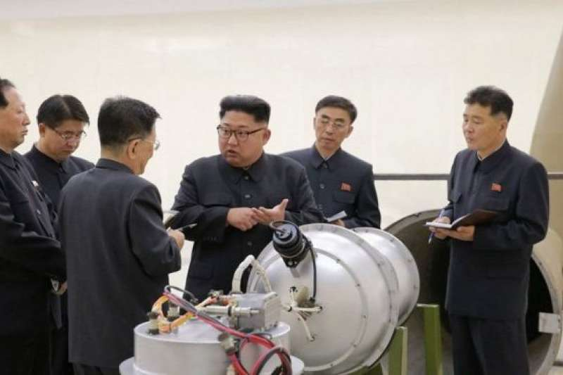 北韓媒體報導顯示金正恩正在視察北韓研發的氫彈。(圖/BBC中文網)