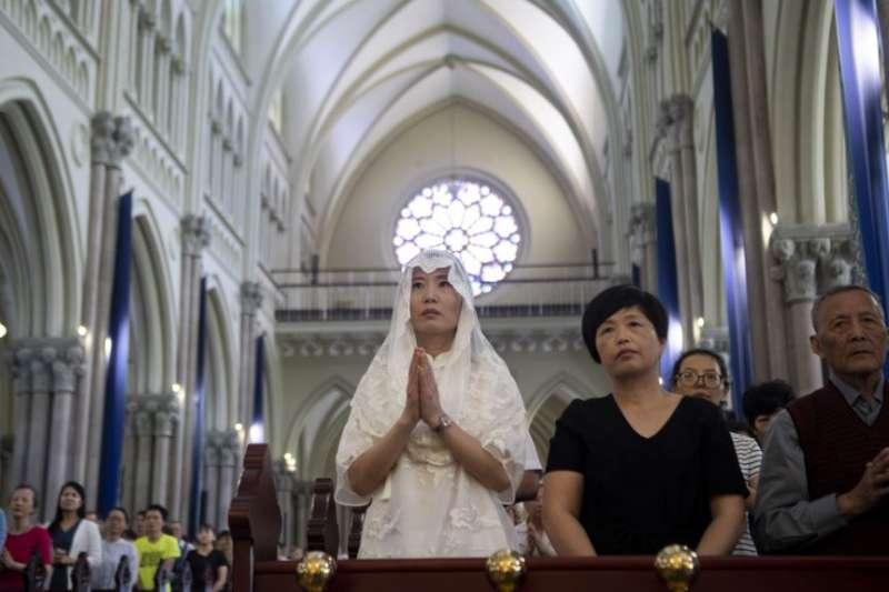 天主教信仰者在上海政府批准的聖伊格內修斯天主教大教堂參加彌撒。(圖/美國之音)