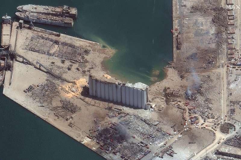 黎巴嫩貝魯特大爆炸,港口炸出大洞、幾乎夷為平地。(AP)