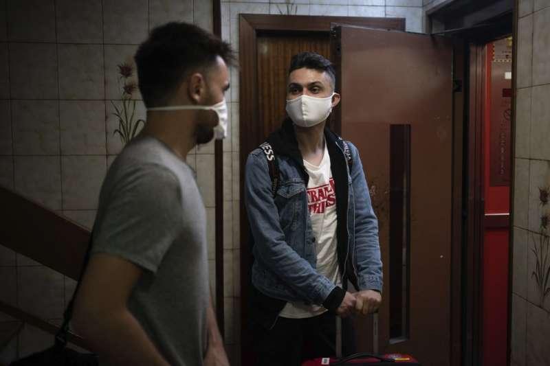 7月29日,葛巴柯錫克(右)與男友帕里克搬到西班牙巴塞隆納(美聯社)