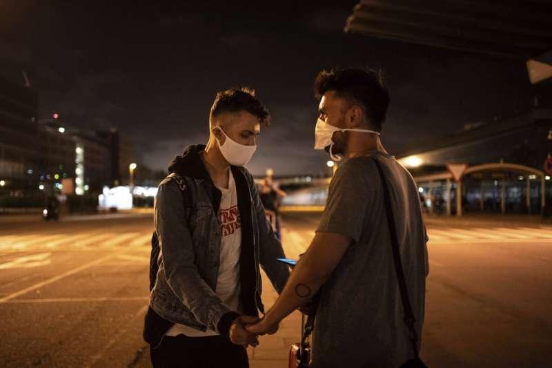 7月29日,葛巴柯錫克(左)與男友帕里克搬到西班牙巴塞隆納(美聯社)